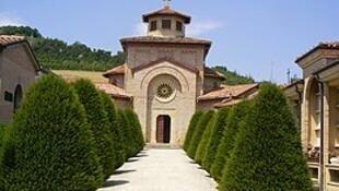 Entrada da capela onde se encontra a cripta com os restos mortais de Mussolini, em Predappio, no norte da Itália.