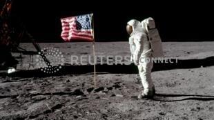 Bức hình lịch sử của Phi hành gia Neil Armstrong chụp Buzz Aldrin, ngày đầu tiên họ đặt chân lên mặt Trăng 20/07/1969.