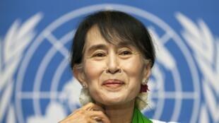 A líder democrática de Myanmar, Aung San Suu Kyi, durante coletiva de imprensa desta quinta-feira na Organização Internacional do Trabalho, em Genebra.