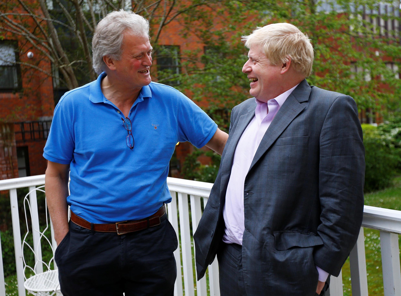 Tim Martin (e), presidente da rede de pubs Wetherspoon, e Boris Johnson (d), o ex-prefeito conservador de Londres, duas vozes enfáticas pró-Brexit, em Londres.