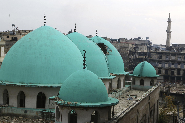 Uma das mesquitas parcialmente danificadas em Aleppo, em foto de 1° de dezembro de 2014.