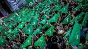 """Image du film """"La ola verde: que sea ley"""" de Juan Solanas, sur les manifestations qui ont accompagné les discussions autour du projet de loi sur l'avortement en Argentine en 2018."""