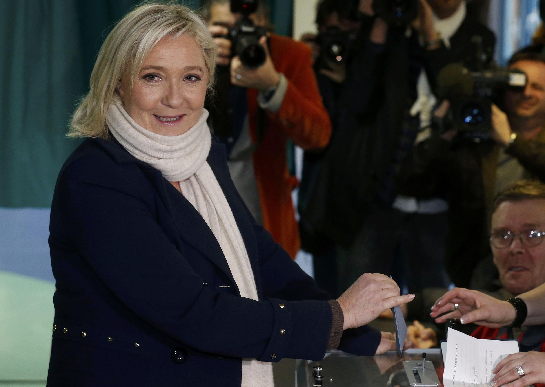 La presidenta del FN Marine Le Pen vota este 6 de diciembre de 2015 en Hénin-Beaumont.