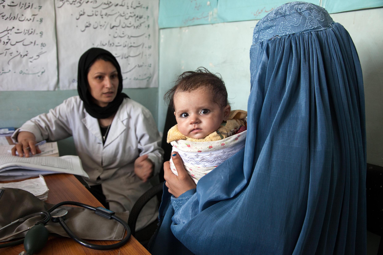 Une sage femme et sa patiente en consultation à la clinique Sar-e-Hause, Village de Tajikhan, District Jabalseraj, Province de Parwan, 2012.