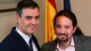 Le Premier ministre espagnol sortant Pedro Sanchez et le chef de la formation de gauche radicale Podemos Pablo Iglesias, lors de l'annonce de leur accord au Parlement espagnol, à Madrid, le 12 novembre 2019.