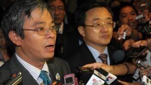 Hai nhà ngoại giao Phạm Quang Vinh (trái - Việt Nam)) và Lưu Chấn Dân (Trung Quốc) phát biểu với nhà báo sau một cuộc họp của ASEAN tại Bali ngày 20/07/2011.
