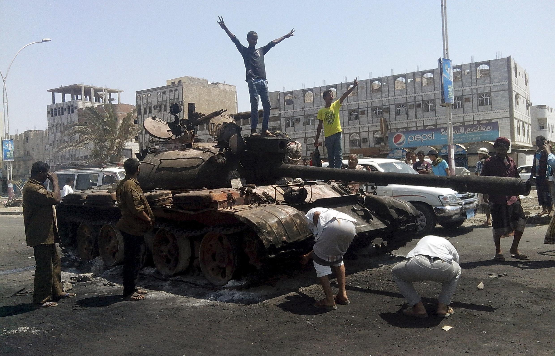 Xe tăng của quân đội trung thành với chính phủ Yemen bị bắn cháy, thành phố cảng Aden, 29/03/2015.