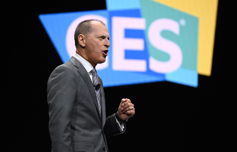 Le PDG de la Consumer Technology Association, Gary Shapiro, prend la parole avant le premier discours d'ouverture du 6 janvier 2020 au Consumer Electronics Show (CES) 2020 à Las Vegas, Nevada.