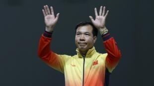 Xạ thủ Việt Nam Hoàng Xuân Vinh sau khi đoạt huy chương bạc môn bắn súng ở cự ly 50m tại Thế vận hội Rio ngày 10/08/2016.