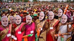 អ្នកគាំទ្រគណបក្សកាន់អំណាច Bharatiya Janata Party (BJP)របស់លោកនាយករដ្ឋមន្រ្តី ណារិនដ្រាម៉ូឌី ពាក់មុខ លោកម៉ូឌីនៅAssam នៅថ្ងៃទី ៣០មីនា ២០១៩