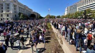 Varios miles de oponentes de Donald Trump se manifiestan en Washington el 17 de octubre de 2020.