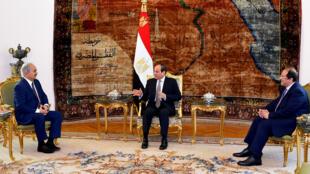 Le président égyptien Abdel Fattah al-Sissi (centre), le chef des Services de renseignement égyptien Abbas Kamel (Droite) et le général libyen Khalifa Haftar (gauche), au palais présidentiel, au Caire, le 14 avril 2019.