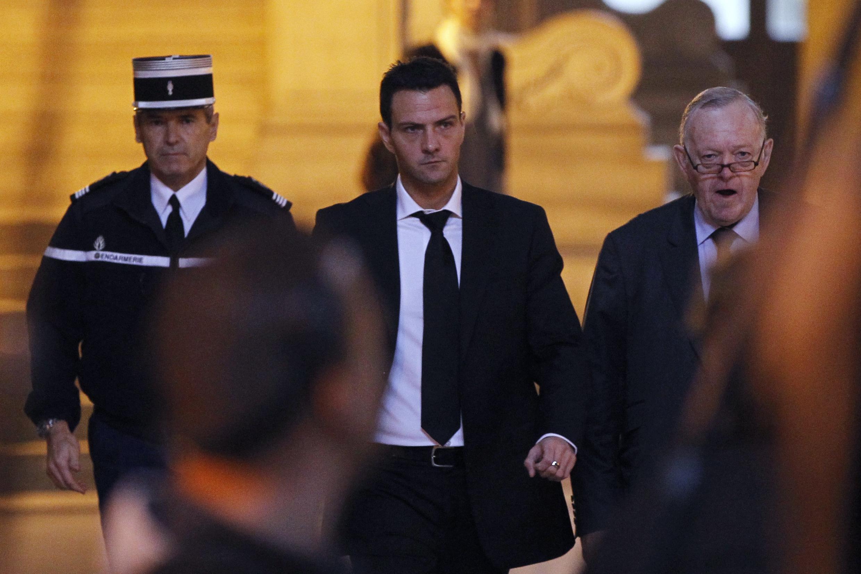 O ex-operador Jérôme Kerviel ao lado de seu advogado na chegada ao Tribunal Correcional de Paris, nesta terça-feira, 5 de outubro.