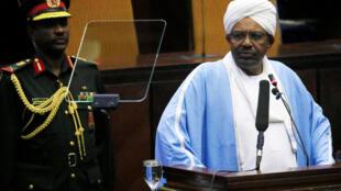El presidente sudanés Omar al-Bashir delante de los diputados, el 1 de abril de 2019.
