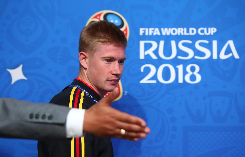 El belga Kevin De Bruyne preparado para hablar ante los medios internacionales antes de enfrentar a Francia en las semifinales del mundial de Rusia.