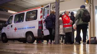 Des membres de la Croix-Rouge distribuent de la nourriture à des sans-abris, fin décembre 2016.