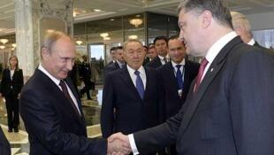 """""""El destino del mundo y de Europa se decide en esta reunión en Minsk""""  afirmó el presidente ucraniano Petro  Poroshenko tras estrechar la mano del  presidente ruso, Vladimir Putin."""