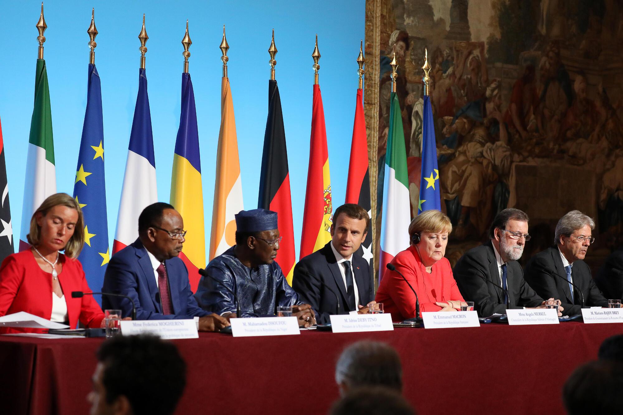 Mkuu wa Mashauri ya Kigeni ya Ulaya Federica Mogherini, Marais wa Nigeria Mahamadou Issoufou, wa Chad Idriss Deby, wa ufaransa Emmanuel Macron, wa Ujerumani Kansela Angela Merkel na Waziri Mkuu wa Uhispania Mariano Rajoy, mjini Paris tarehe 28 Agosti.