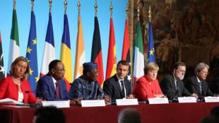La cheffe de la diplomatie européenne Federica Mogherini, les présidents nigérien Mahamadou Issoufou, tchadien Idriss Deby, français Emmanuel Macron, la chancelière allemande Angela Merkel et le Premier ministre espagnol Mariano Rajoy, à Paris le 28 août.