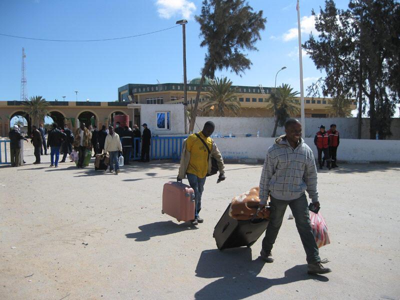 Des Ghanéens franchissant le poste frontière de Ras Jdir, le 5 mars 2011.