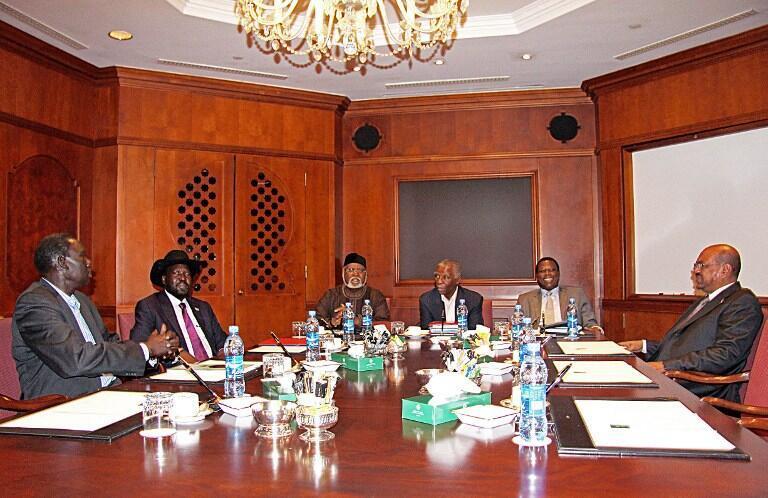 Le président soudanais Omar Hassan el-Béchir (d) et son homologue sud-soudanais Salva Kiir (2e à g) à l'hôtel Sheraton d'Addis-Abeba le 25 septembre 2012, au 3e jour de leurs pourparlers.