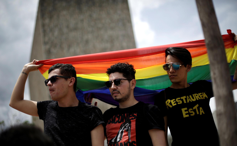 Los miembros y activistas de la comunidad LGBT se manifiestan ante la Corte Suprema de Justicia sobre el matrimonio igualitario en San José, Costa Rica, el 4 de agosto de 2018. REUTERS / Juan Carlos Ulate