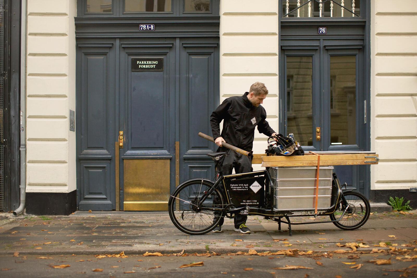 Pour ce plombier et d'autres artisans, le vélo cargo est d'abord une façon d'aller plus vite sans les ennuis de stationnement.