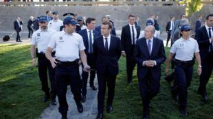 Le président français et le ministre de l'Intérieur sont allés à la rencontre des policiers lyonnais pour évoquer notamment leurs conditions de travail, le 28 septembre 2017.