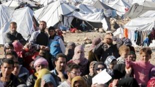 Refugiados sírios  aguardando entrada em território da Jordânia , Janeiro.14. 2016