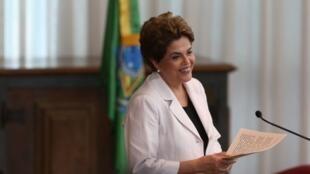 A presidente suspensa Dilma Rousseff lê uma carta aberta aos brasileiros a 16 de Agosto de 2016.