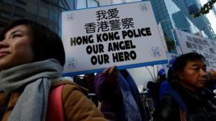 香港支持警察的游行者手持标语示威。