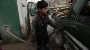 Uma criança trabalhando em um posto de gasolina, em Saway-Kowt, Afeganistão.