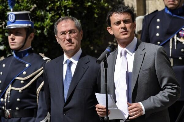 Ông Claude Guéant bàn giao quyền lực cho tân bộ trưởng Bộ Nội vụ Manuel Valls (phải) ngày 17/05/2012.