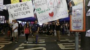 9月30日,香港,和平佔中人士手舉自由選舉的橫幅。