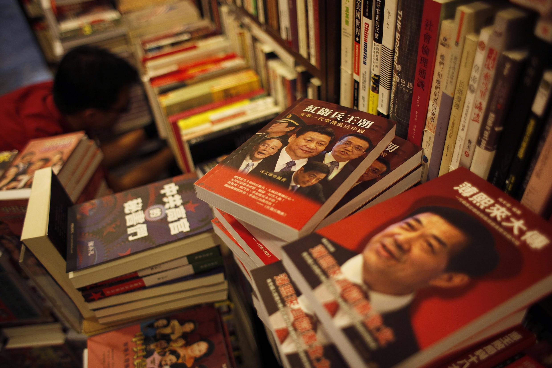 Sách viết về các vụ lãnh đạo tham nhũng ở Trung Quốc bày bán tại một hiệu sách ở Hồng Kông, nhưng bị cấm bán ở lục địa. Ảnh chụp ngày 06/11/2012.