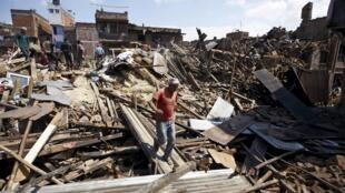 Imagem mostra a destruição de casas em Bhaktapur, no Nepal, nesta segunda-feira, 27 de abril de 2015.