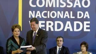 En recevant le rapport de la Commission Vérité, la présidente brésilienne Dilma Rousseff n'a pu retenir ses larmes. 10 décembre 2014.