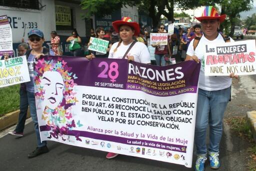 Mujeres salvadoreñas marchan hacia la Asamblea Legislativa en demanda de la despenalización del aborto el 28 de septiembre de 2016 en San Salvador