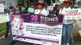 Mulheres salvadorenhas marcham até a Assembleia Legislativa en demanda de la despenalización del aborto el 28 de septiembre de 2016 en San Salvador