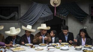 El candidato presidencial peruano Pedro Castillo (C) participa, acompañado de su familia, de un desayuno ante los periodistas el día de la votación, en Chugur, en la región de Cajamarca, noreste de Perú, el 6 de junio de 2021