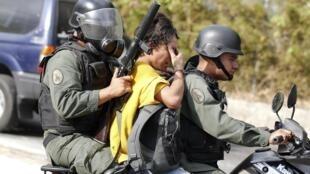 Un manifestante anti gobierno es detenido por la policía, el pasado 26 de abril en Caracas.