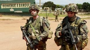 Soldados franceses patrullando por las calles de Bangui.