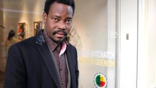 Dominique Zinkpé, artiste contemporain béninois et directeur du Centre Arts et Cultures de Lobozounpka, à Cotonou, au Bénin.