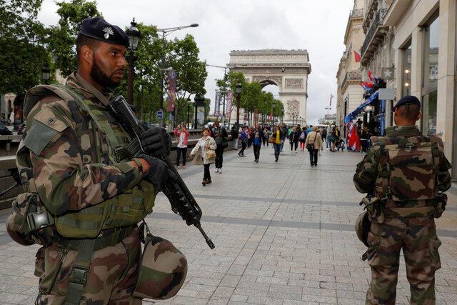 Soldados franceses garantem a segurança nas ruas de Paris durante os jogos da Eurocopa.