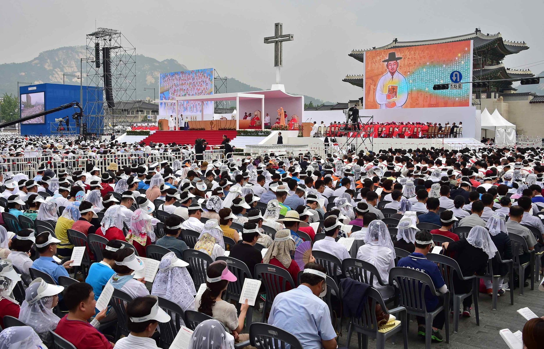 مراسم ادای احترام، امروز توسط  پاپ فرانسیس در گوانگهوامون- میدان اصلی سئول و محل شکنجه و اعدام کاتولیکهای کشور کره در قرون ١٨ و ١٩ برگزار شد.