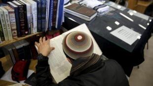 Le nouveau livre d'instruction civique israélien doit figurer à la rentrée prochaine ua programme des lycéens.