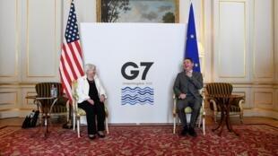 La secretaria del Tesoro del EEUU, Janet Yellen (izq), se entrevista con Paschal Donohoe, presidente del Eurogrupo, durante la reunión de ministros de Finanzas del G7, el 5 de junio de 2021 en Londres