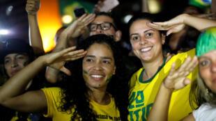 Des partisans du nouveau président brésilien Jair Bolsonaro laissent éclater leur joie à l'annonce des résultats des élections, le 28 octobre 2018.
