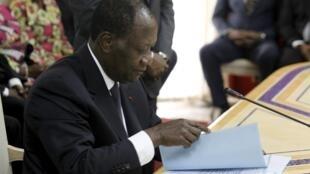 Alassane Ouattara (ici en août 2015) n'en avait pas fait mystère. Dès le début de son second mandat, il réformerait, avait-il promis, la Constitution.