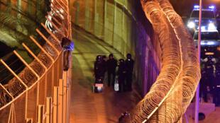 Un migrant africain sur la clôture frontalière dans l'enclave espagnole de Ceuta, au Maroc, le 1er janvier 2017.